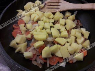 Добавляем картофель к овощам и жарим на медленном огне 1-2 минуты