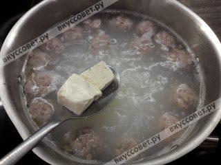 Погружаем сыр в воду и хорошо перемешиваем, сыр полностью растворится