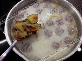 Затем добавляем зажаренные овощи и варим до готовности картофеля 2-3 минуты