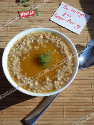 Подаем суп, добавив измельченные орехи и зелень укропа