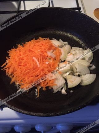 На сковороде, с небольшим количеством оливкового масла жарим лук и морковь