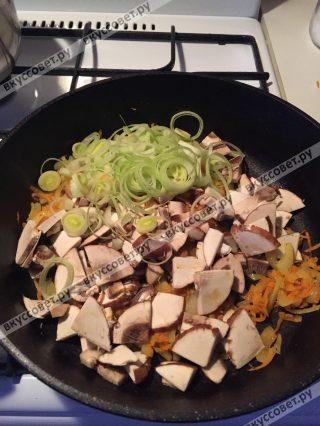 Добавляю порезанные грибы и сельдерей с луком-пореем