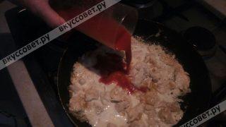 И последним шагом добавляем кетчуп или томатную пасту, все хорошо перемешиваем и тушим 5 минут