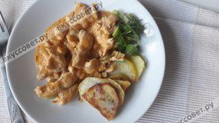 Подавать бефстроганов из курицы лучше всего с картофелем или рисом