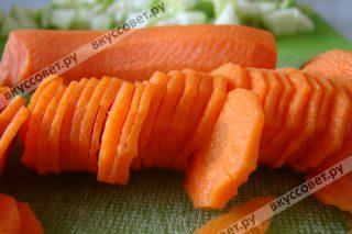 Морковь чистим и нарезаем тонкими колечками