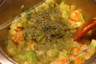 Даем потушиться овощам на среднем огне примерно 10 минут