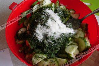 Смешиваем все ингредиенты, включая соль, сахар, уксус и растительное масло и даем настояться 4 часа при комнатной температуре