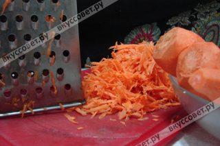 Морковь чистим и трем на крупной терке
