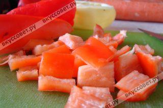 Болгарский перец моем, удаляем семена и нарезаем кубиками