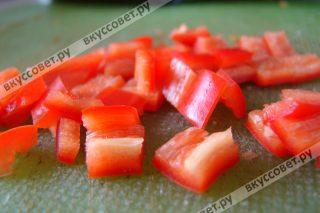 Острый перец очищаем от семян и нарезаем небольшими кубиками
