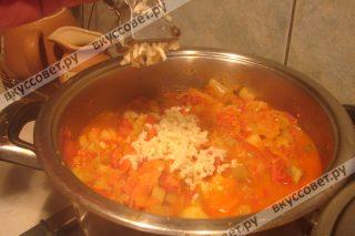 Затем добавляем чеснок, пропущенный через пресс для чеснока и соль, хорошо перемешиваем и варим еще 10 минут