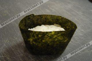 Сворачиваем нори и при помощи рисинок склеиваем, придаем форму овала (как корзиночка)