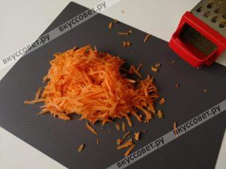 Лук чистим и нарезаем тонкими полукольцами, морковь чистим и натираем на терке с крупными делениями