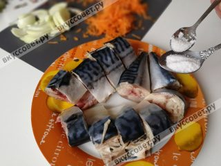 Посыпаем рыбу соль и сахаром