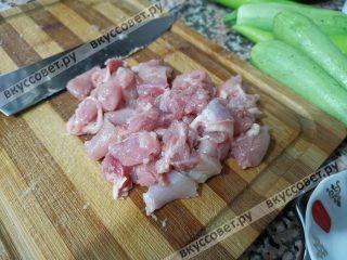 Куриное филе нарезаем небольшими кусочками