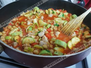 Добавляем чеснок к овощам и курице и тушим до готовности