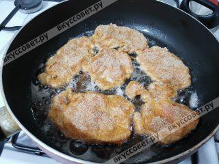Обжариваем куриные шницели на разогретом растительном масле до золотистого цвета
