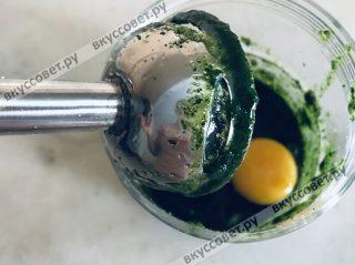 Добавляем яйцо к мятной смеси и хорошо перемешиваем миксером