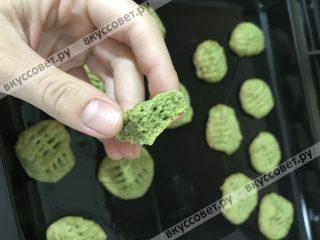 В итоге мы получаем нежное, «освежающее» печенье, красивого мятного цвета ;)