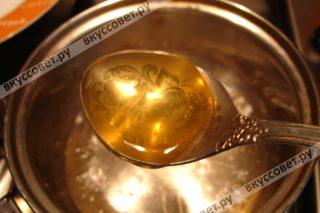 Добавить мед и варить помешивая еще 7 минут