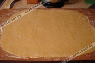 Затем присыпаем стол мукой и раскатываем тесто в довольно тонкий пласт