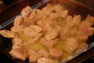 Обжаренное мясо убираем в тарелку