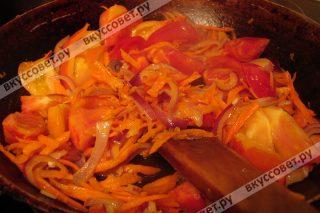 Затем добавляем помидоры и обжариваем 10 минут