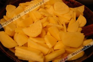 Затем добавляем еще немного сливочного масла и обжариваем порезанный небольшими дольками картофель до полуготовности