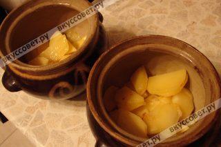 Приготовим горшочки, на дно выкладываем картофель, добавляем молотый перец и соль