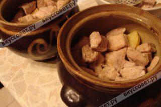 Затем добавляем полуготовое обжаренное мясо, также соль и перец