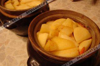 Затем на мясо укладываем обжаренные овощи и накрываем оставшимся картофелем, добавляем соль и перец
