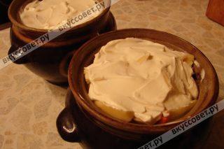Затем добавляем натертый сыр и толстый слой сметаны