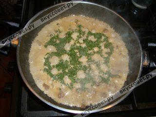 Выкладываем на раскаленную сковороду и обжариваем