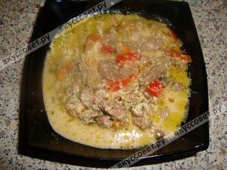 И вот наступает самый главный момент нашего действа - выкладываем на тарелки гречневую кашу и обильно поливаем соусом