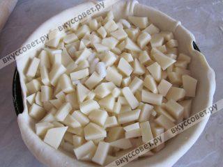 Итак раскатанную лепёшку выкладываем слоями начинку: сначала картофель