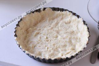 Смазываем форму маслом и выкладываем тесто, укрывая и бортики тоже