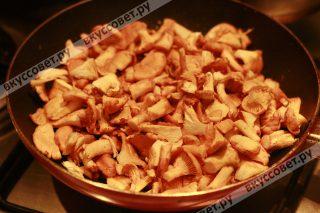 Лисички обжариваем отдельно на сковороде