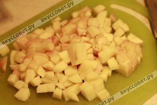 Картофель чистим и нарезаем кубиками