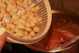 К курице добавляем картофель и варим 5 минут