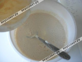 Добавляем в тесто подошедшую опару и перемешиваем