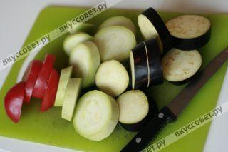 Овощи моем и нарезаем крупными колечками