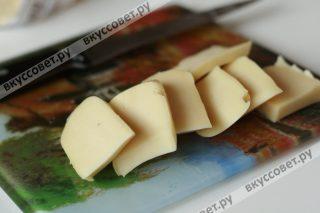 Сыр нарезаем квадратными кусочками