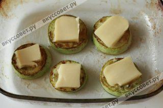 На смазанную маслом форму укладываем баклажаны, смазываем заправкой, затем сыр, баклажаны и т