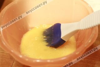 Отделяем белок от желтка, желток чуть взбиваем и кистью смазываем наши круассаны