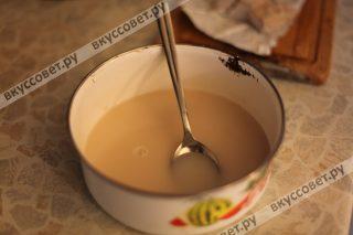 В теплом молоке (можно взять и просто воду) разводим свежие дрожжи, добавляем соль и сахар