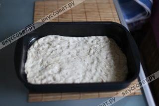 Тесто делим пополам, одну половину раскатываем и укладываем в форму, смазанную сливочным маслом