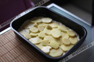 Поверх укладываем картофель, солим, можно поперчить