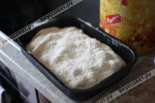 Переносим верхний слой теста на пирог и делаем разарез по ценрту