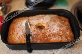 Вынимаем пирог из духовки и смазываем большим количеством сливочного масла, также можно прикрыть сверху полотенцем и дать полностью остыть