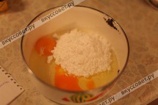 Затем смешиваем яйца, сахарную пудру и ванильный сахар
